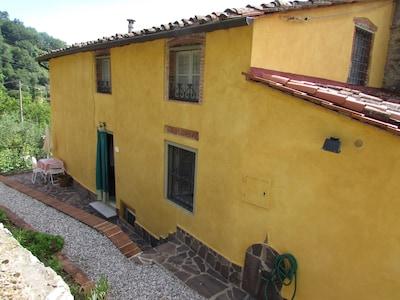casa colonica sulle colline lucchesi