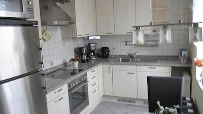 Große hochwertige Einbauküche mit Granitarbeitsflächen
