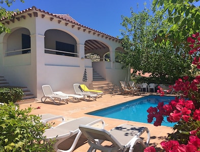 R10 Villa in Santo Tomás, Air-conditioned, pool and close to the beach