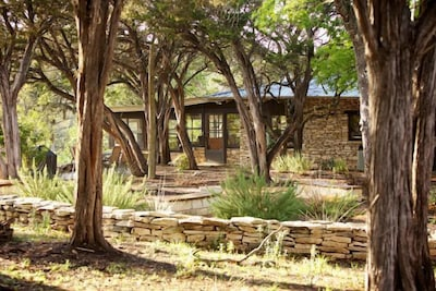 Casa Grande with patio, fire pit and Bocce ball overlooking the Blanco River.