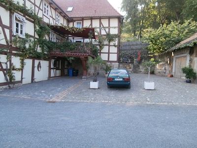 die Parkplätze auf dem Grundstück