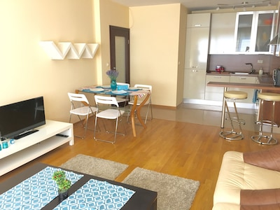 Anna's Home- fully furnished with natural wooden floor and modern design!