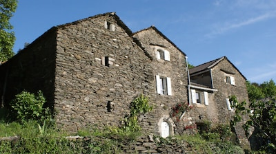 Vue partielle du mas Castagnère coté vallée