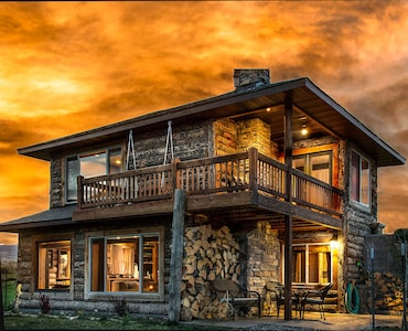 **ROMANTIC PARADISE GETAWAY IN THE MOUNTAINS w/ HOT TUB!**