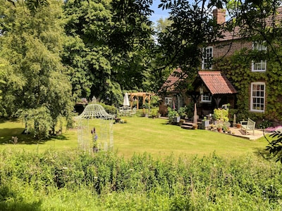Witham Cottage: Set in beautiful gardens alongside the peaceful River Witham.