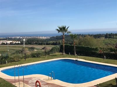 Apartamento moderno y tranquilo con vistas al mar entre Marbella y Málaga.