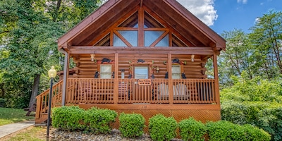 """""""Bear Tracks"""" Walking Distance to Parkway, Yet Private. HOT Tub & Pool Access"""