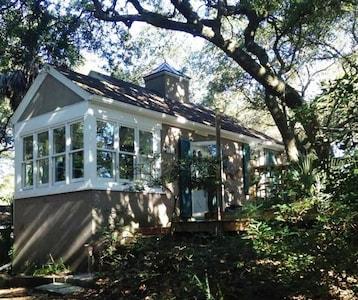 Romantic, cozy cottage nestled amongst live oaks & palms, a block from beach.