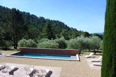 La piscine chauffée, dans un parc de 2 hectares, au calme total