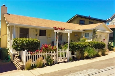 4 houses from Twin Lakes Beach. 3 minute walk to the Crow' Nest and El Palomar