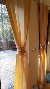 2 Terrassentüren und ein Fenster erhellen das Schlafzimmer optimal