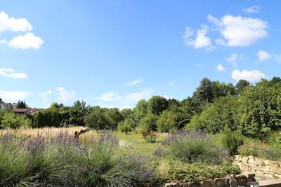 Der 1.100 m² große Garten darf mitbenutzt werden.