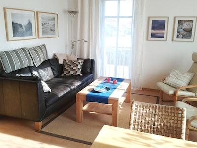 Das helle und gemütliche Wohnzimmer.