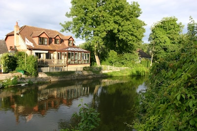 Enchanting Pixie Place with views over the river Thames. Free parking & WiFi.