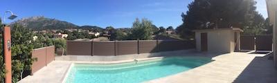 piscine et local avec WC