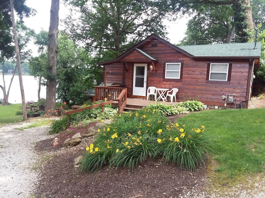 Peaceful Lakefront Cottage... Relaxation Romantic escape ...