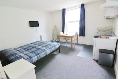 Near Croydon, Central London 20 minutes. New studio flat in period house.