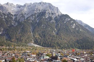 Mittenwald und Karwendelgebirge. Die Lage des Hauses ist mit einem * markiert.