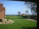 Blick auf die Ostsee und auf das große Freizeitgelände mit Spielplatz