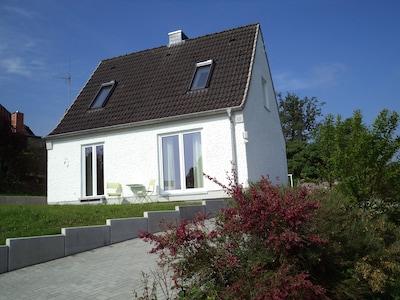 Blick aufs Haus von der Straße aus gesehen