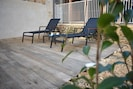 Bains de soleil sur terrasse privée.