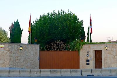 Main entrance from Carretera de Ledesma