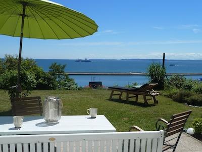Im Garten stehen ausreichend Gartenmöbel und ein Holzkohlegrill zur Verfügung.