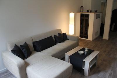 Wohnzimmer Couch mit Stehlampe und modernen Ofen