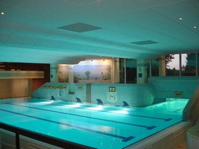 Kostenloses großes Hallenbad mit angeschlossener Sauna und Fitness-Center