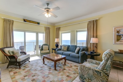 Beach Manor 1010 - Living Room - Light, airy and spacious! Just what you want in a family condo!
