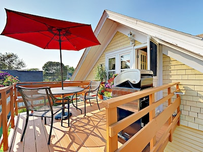 Deck - Al fresco dining for 2, shaded by a large umbrella