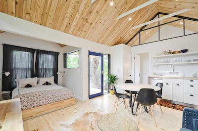 South Congress Treehouse - Our treehouse is clean and ready for your Austin trip!