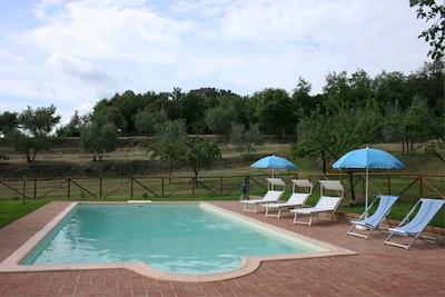 Wasser, Wolke, Himmel, Pflanze, Schwimmbad, Azurblau, Schatten, Baum, Gartenmöbel, Regenschirm