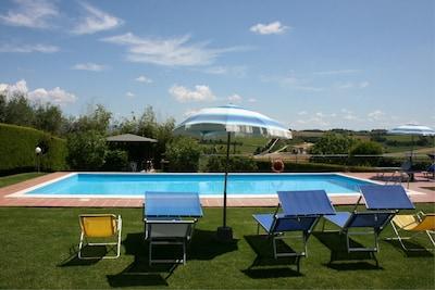 Wolke, Himmel, Tabelle, Pflanze, Wasser, Azurblau, Schwimmbad, Schatten, Regenschirm, Gartenmöbel