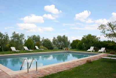 Wasser, Wolke, Himmel, Pflanze, Schwimmbad, Baum, Gras, Natürliche Landschaft, Freizeit, Verbundwerkstoff