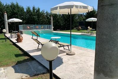 Wasser, Möbel, Tabelle, Schwimmbad, Pflanze, Rechteck, Schatten, Stuhl, Azurblau, Gartenmöbel