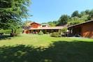 Pflanze, Himmel, Gebäude, Baum, Schatten, Natürliche Landschaft, Grundstueck, Haus, Gras, Fenster