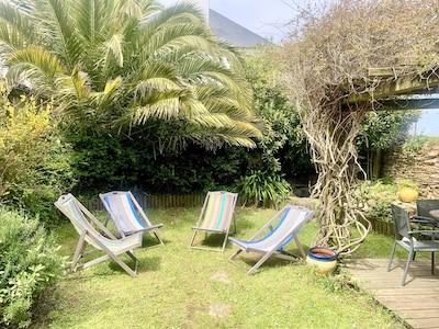 Jardin clos à la végétation luxuriante
