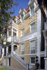 Luxury Living Savannah Wedding Cake Mansion at 14 E. Taylor St.