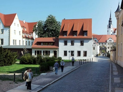 Die Ferienwohnung im kleinen Haus links in direkter Nachbarschaft des Schlosses Hartenfels