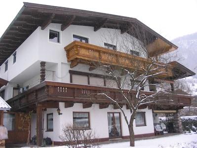 Haus Ager Winteransicht  Langlaufloipe ganz in unmittelbarer Nähe. wenige Km zu den Liften