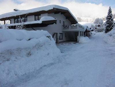 Aussenansicht im Winter Ostansicht Zufahrt und Parkplatz