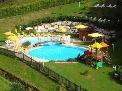 Zwembad buiten bij het hotel Garden