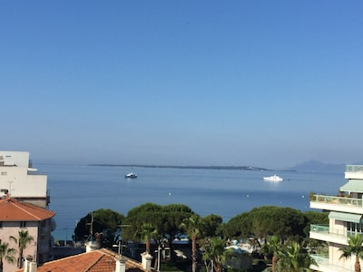 Vue depuis le balcon du loft. En face les Iles de Lérins à droite Cannes