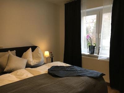 Schlafzimmer 1 mit Boxspringbett, 1,80 x 2,00