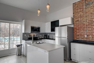Large 4 bedroom 2 bathroom apartment downtown Montreal Free Parking
