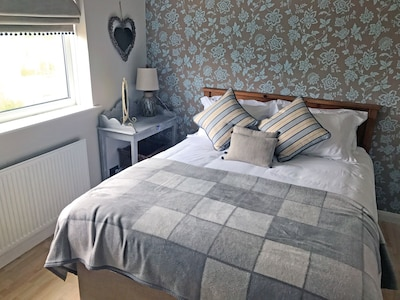 Cosy Cwtch holiday home, close to beautiful beaches, restaurants and town