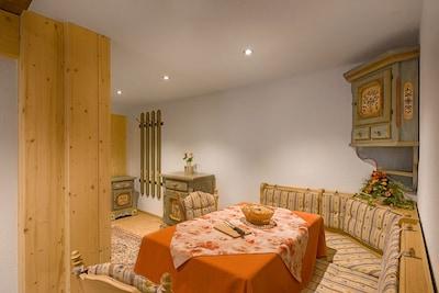 Ferienwohnung Schwarzwaldstube, 70qm, 2 Schlafzimmer, max. 4 Personen-Wohnbereich mit Eckbank
