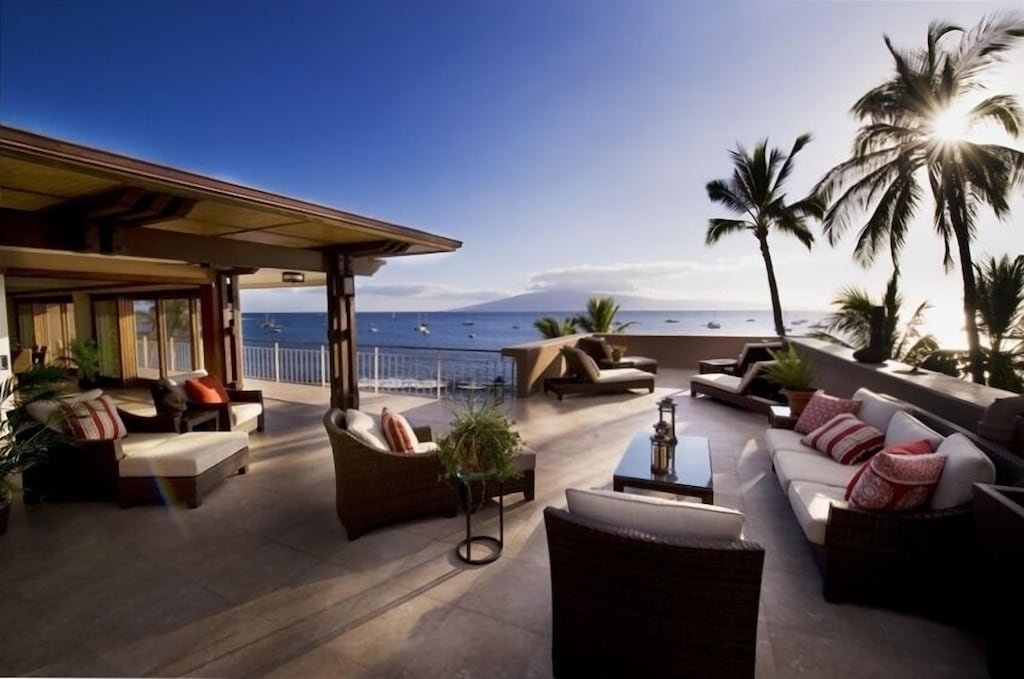 Rooftop terrace close to the Lahaina banyan tree