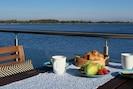 Frühstück auf der umlaufenden Terrasse im EG